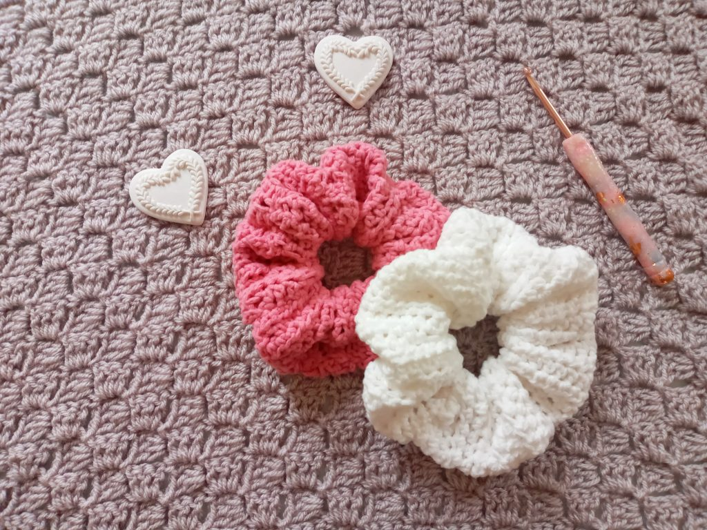 Hello everyone, I hope you are well! Today I wanted to bring you a new and fun project, which is on how to crochet a simple feminine scrunchie