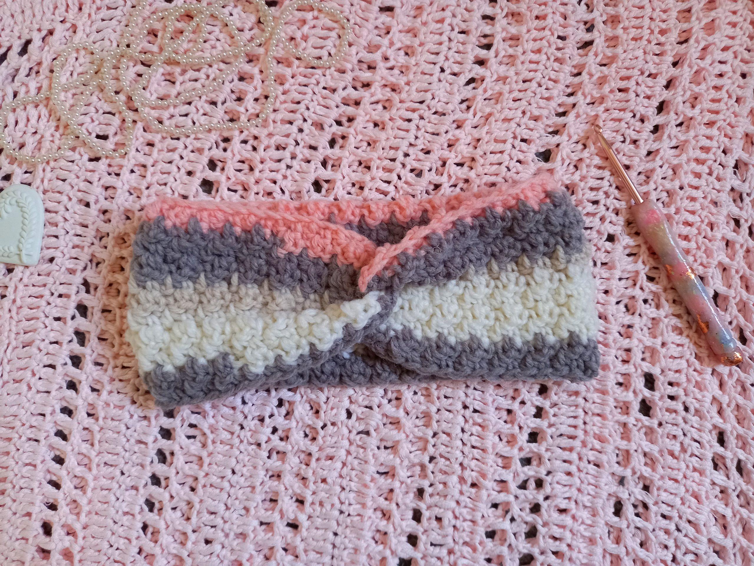 Modèle de bandeau ballerine rose au crochet